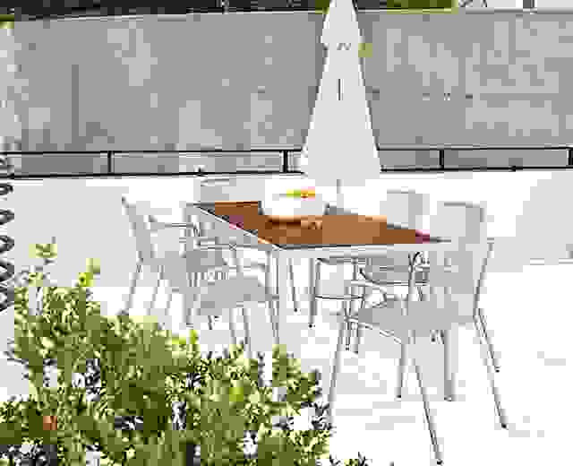 Patio with Montego dining table in stainless steel