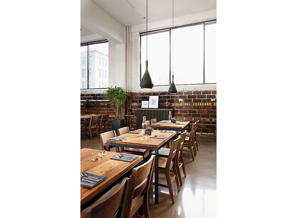 Dining room with Parsons stable in natural steel